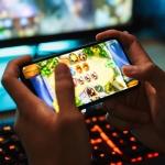 Gamer spielt Videospiele auf Smartphone